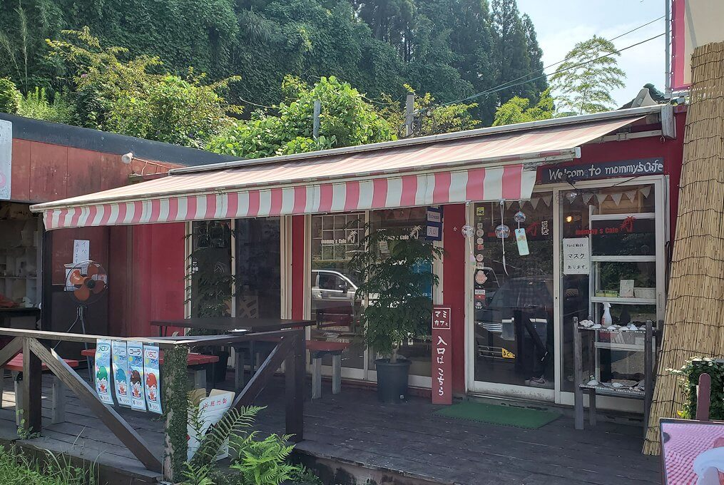 道の駅「垂水」の向かいにある「マミーズカフェ」の建物-1