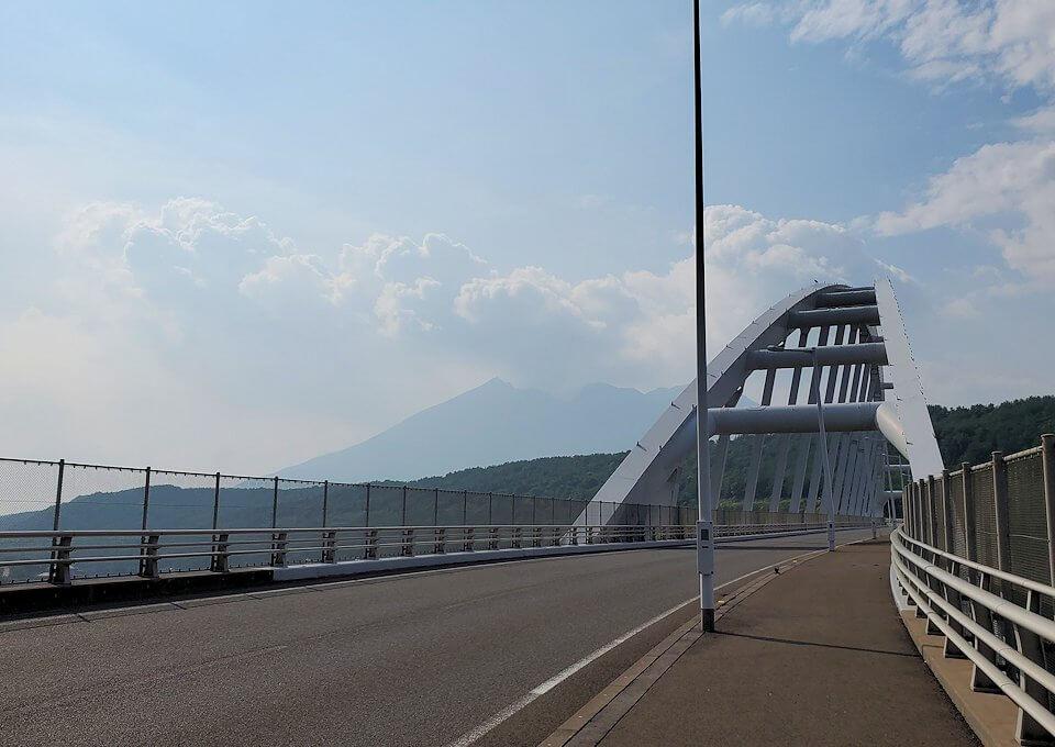 垂水地区の牛根大橋を渡る景色を眺める