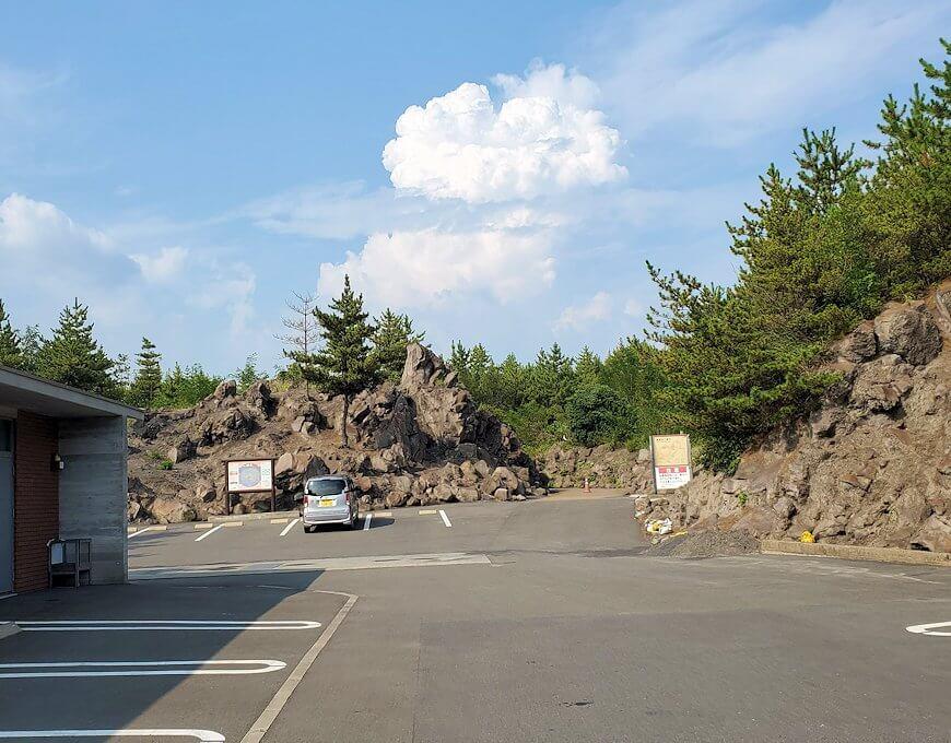 国道220号線の溶岩道路を進み、途中の桜島の展望台