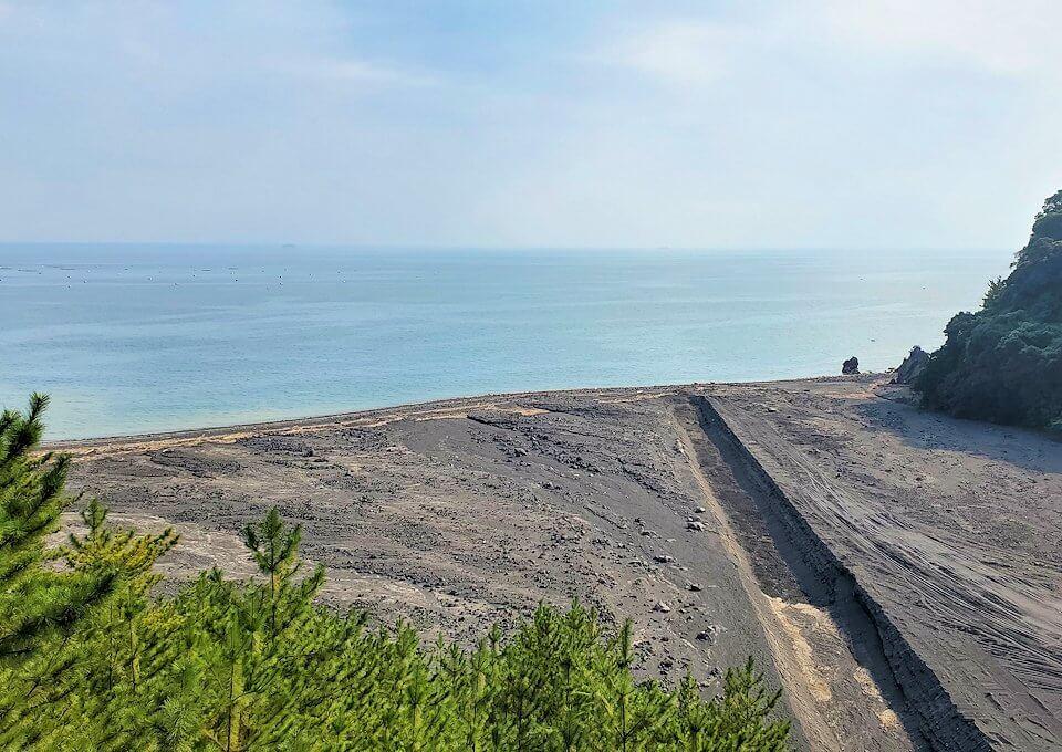 国道220号線の溶岩道路から見える排水溝