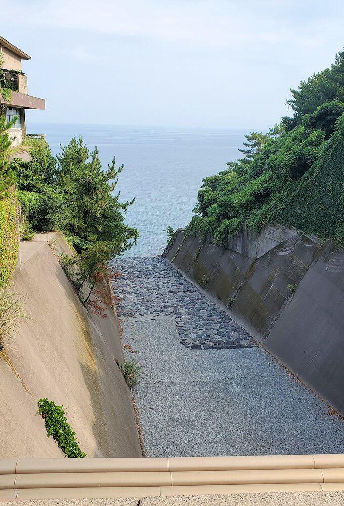 国道220号線の溶岩道路から見える排水溝-2