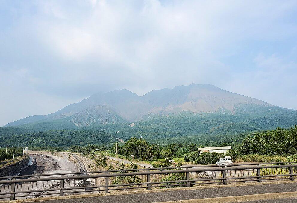 国道220号線を進み橋を渡って見える火山