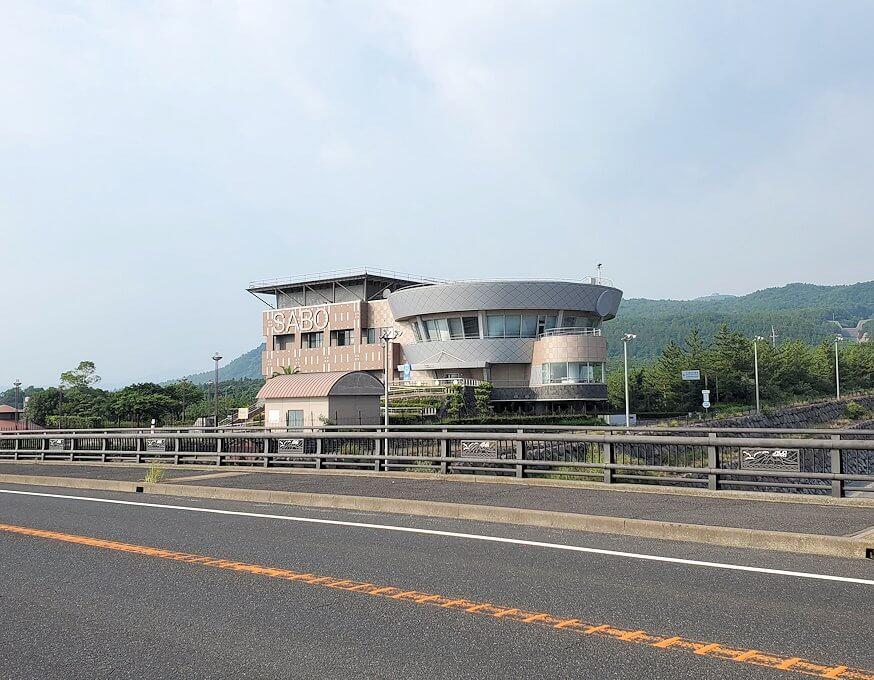 国道220号線を進み橋付近にあった建物