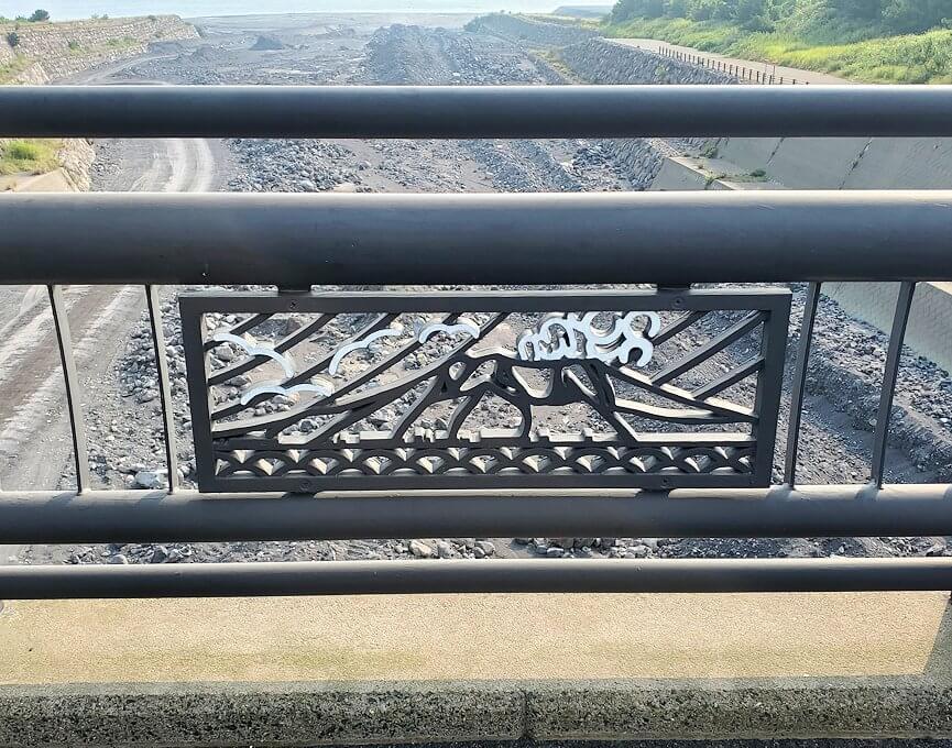 国道220号線を進み橋から排水溝を眺める-1