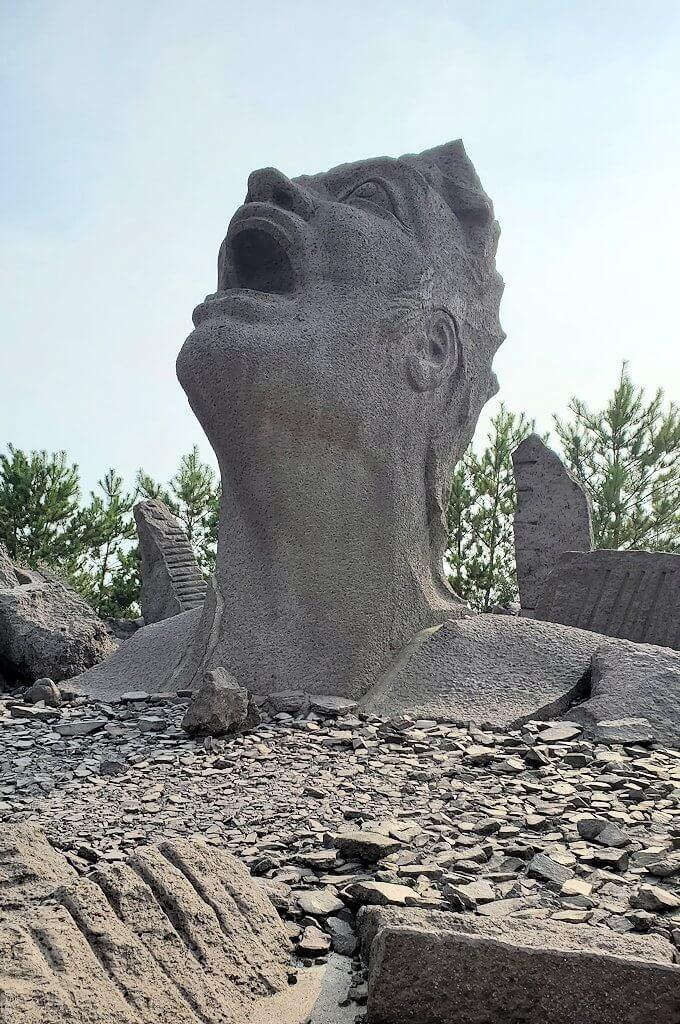 桜島にある長渕剛コンサート記念の石像を見物