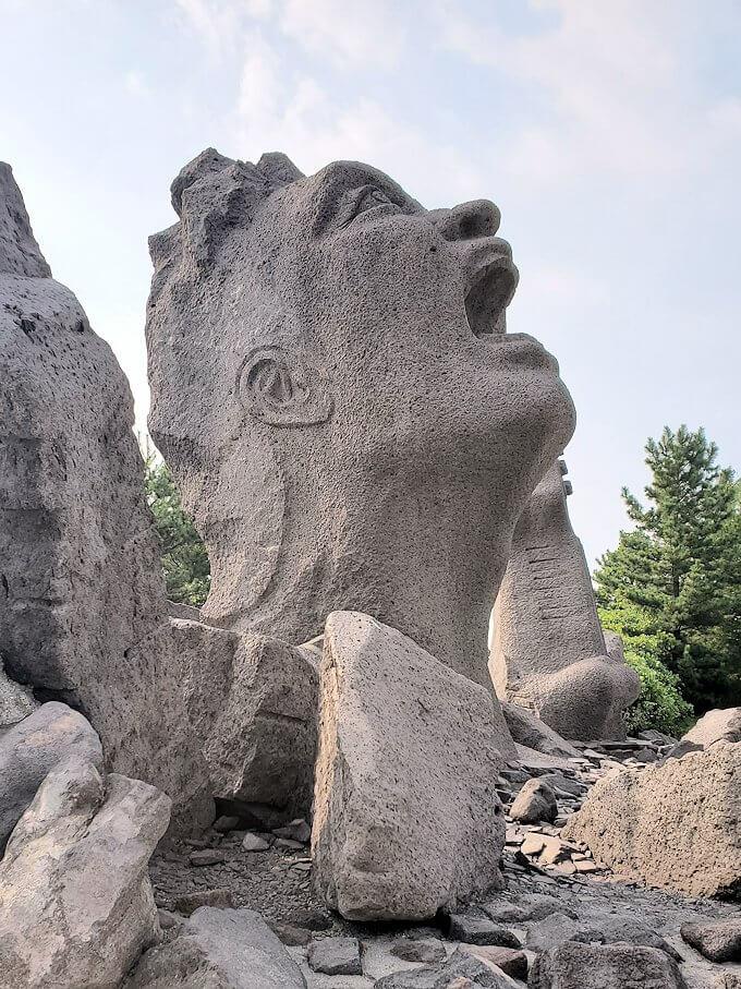 桜島にある長渕剛コンサート記念の石像を見物-1