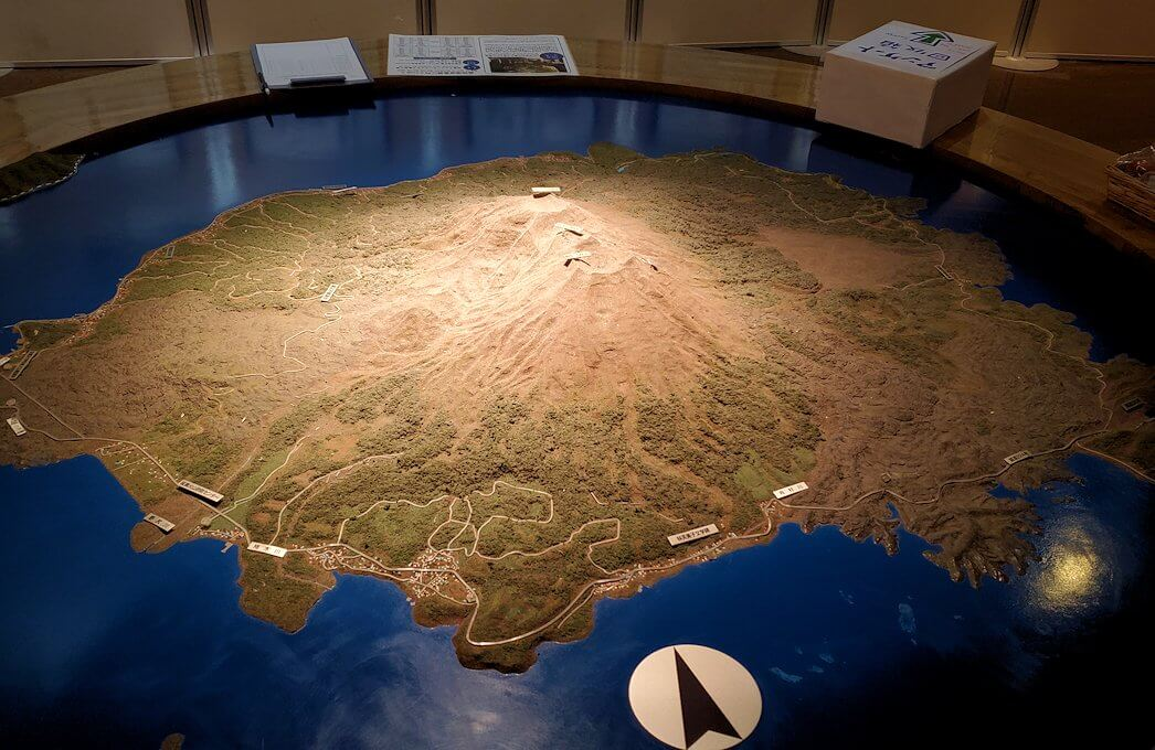 桜島ビジターセンターにある、リアルな桜島の模型-1
