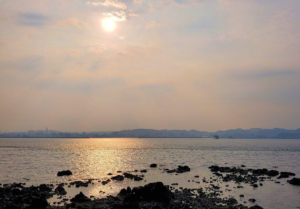 桜島溶岩なぎさ公園から見る夕陽-1