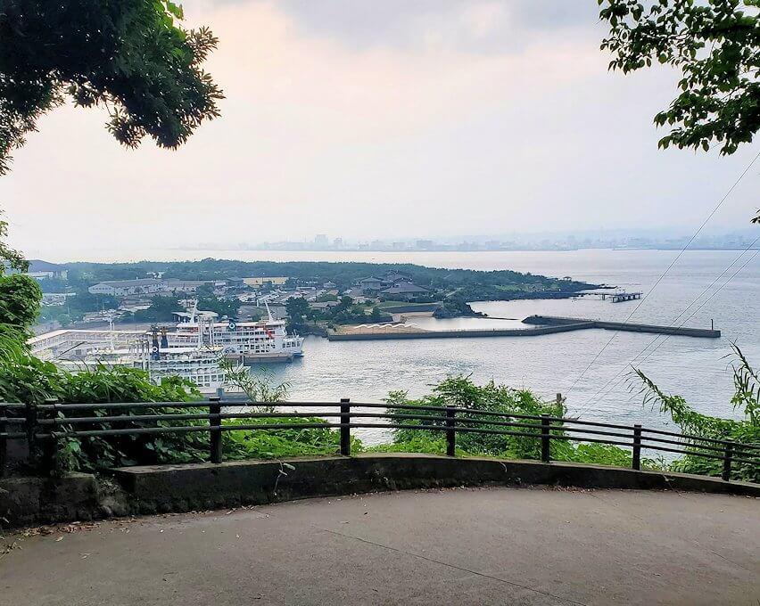 桜島の高台から港を眺める
