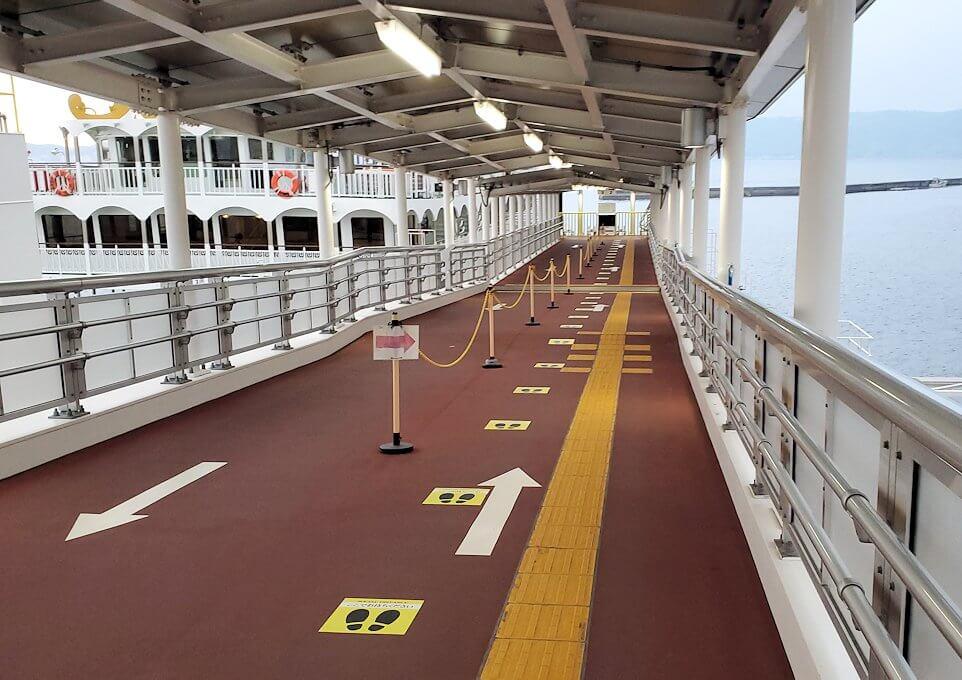 桜島港フェリーターミナルで船に乗り込む