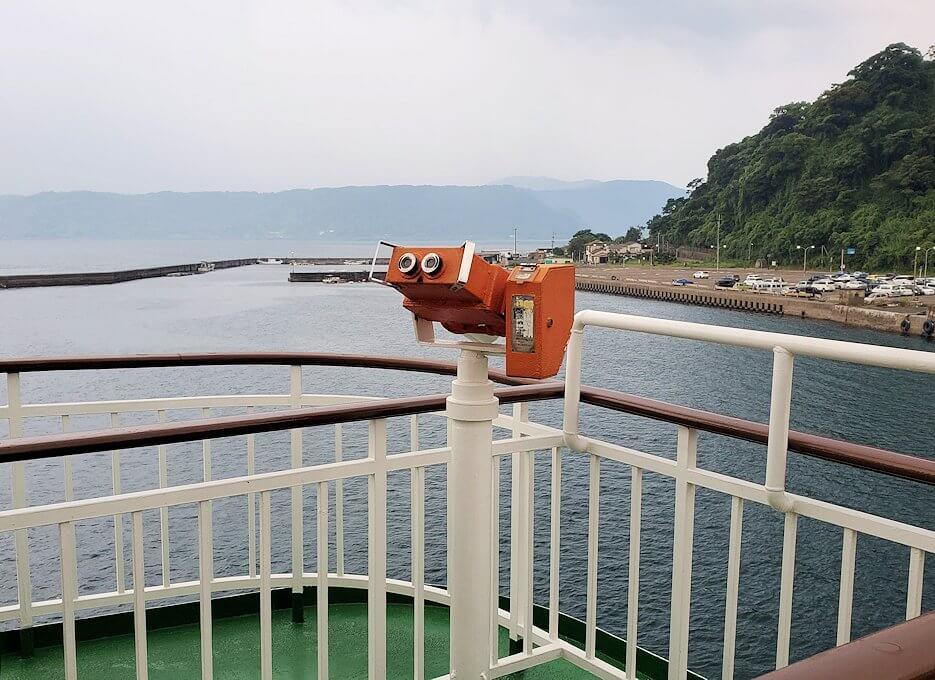 桜島港フェリーターミナルで船に乗り込む-1