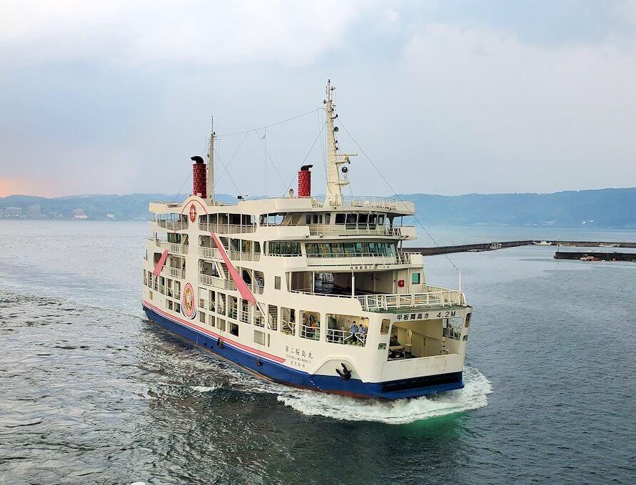 桜島港に向かってくるフェリー
