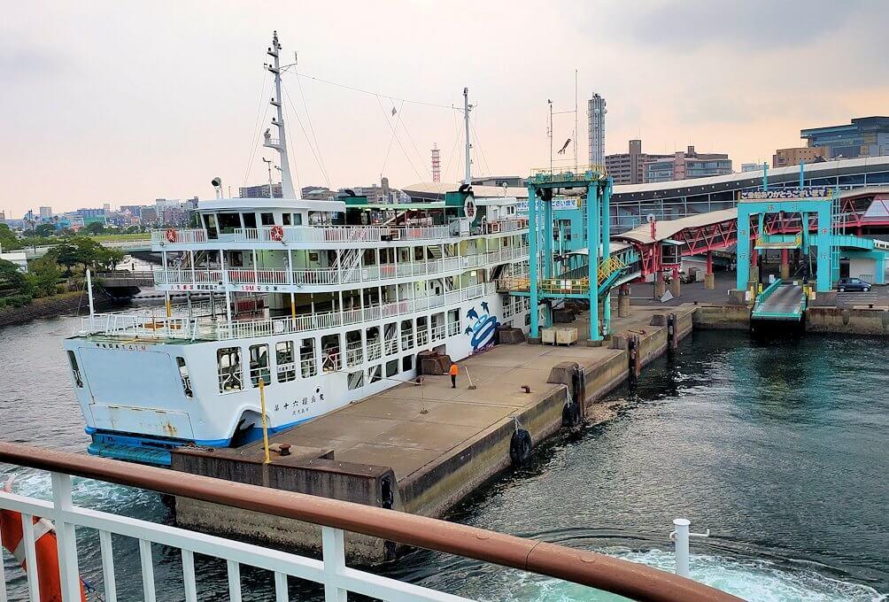 鹿児島港に到着するフェリーからの景観
