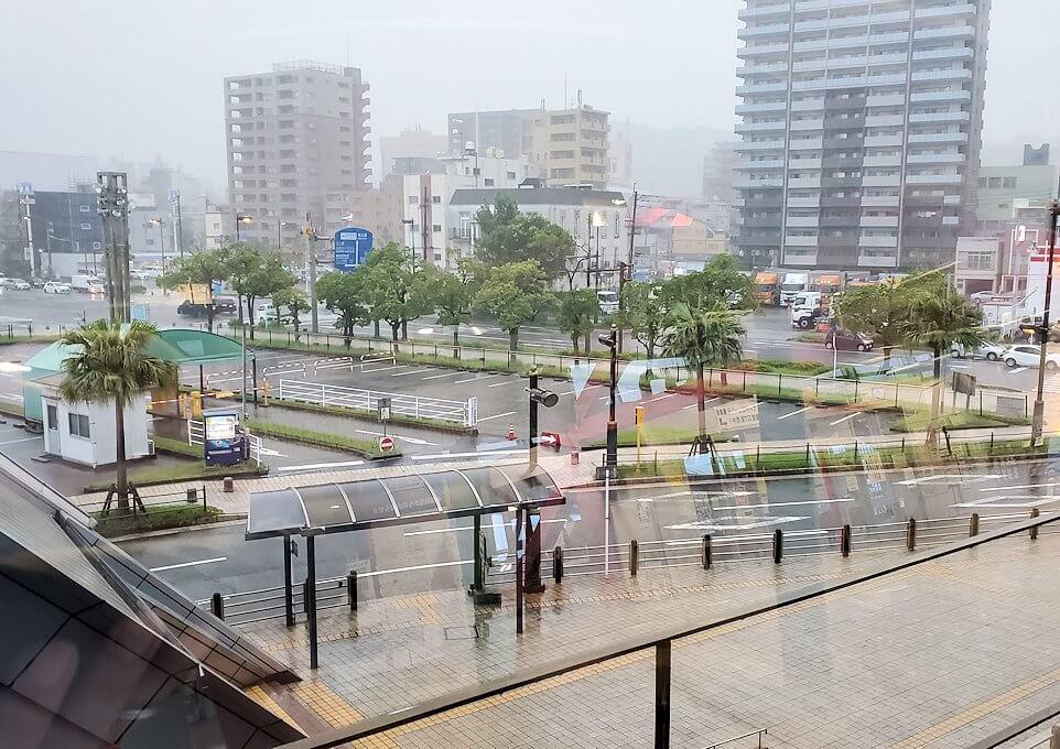 鹿児島港フェリーターミナルから、土砂降りの外を眺める