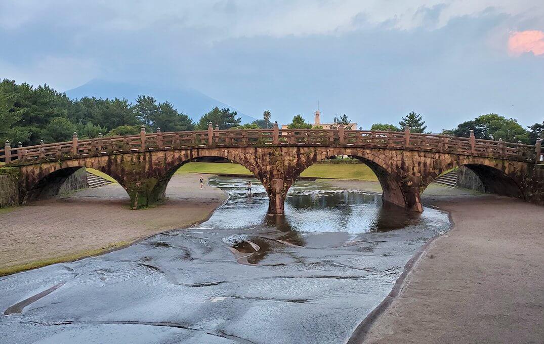 石橋記念公園に架かる西田橋を眺める