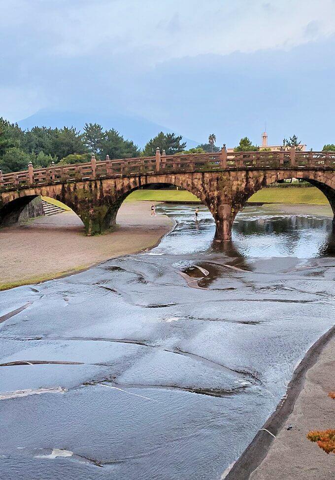 石橋記念公園に架かる西田橋を眺める-1