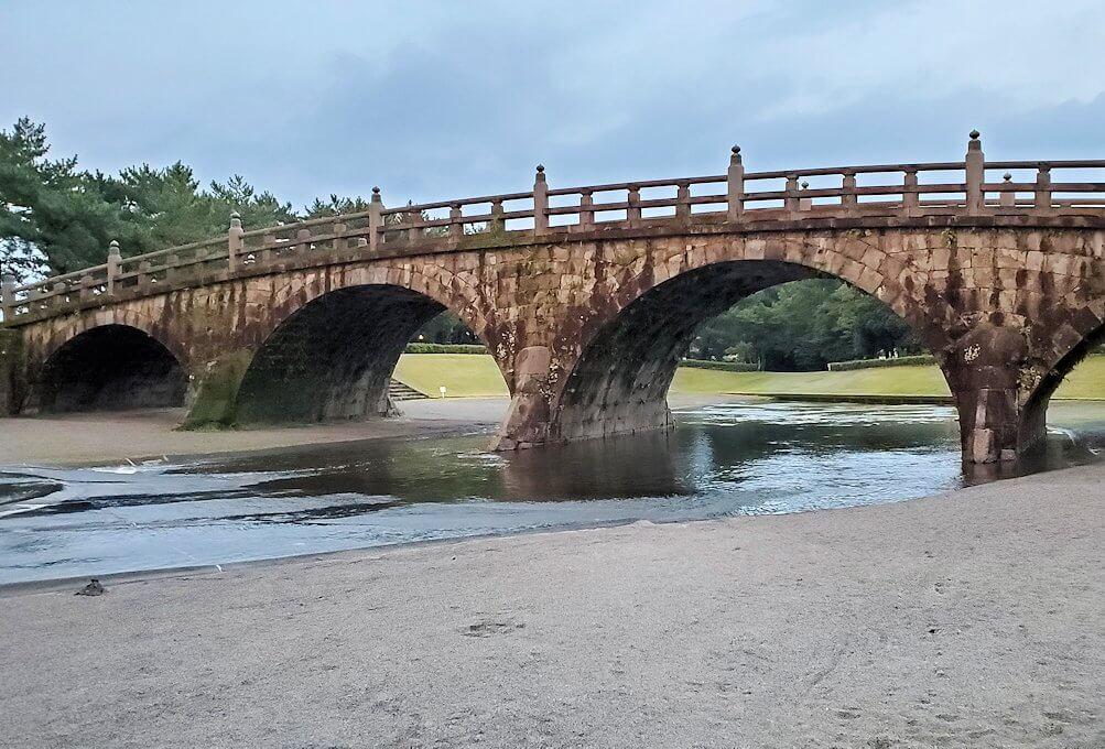 石橋記念公園に架かる西田橋を眺める-2