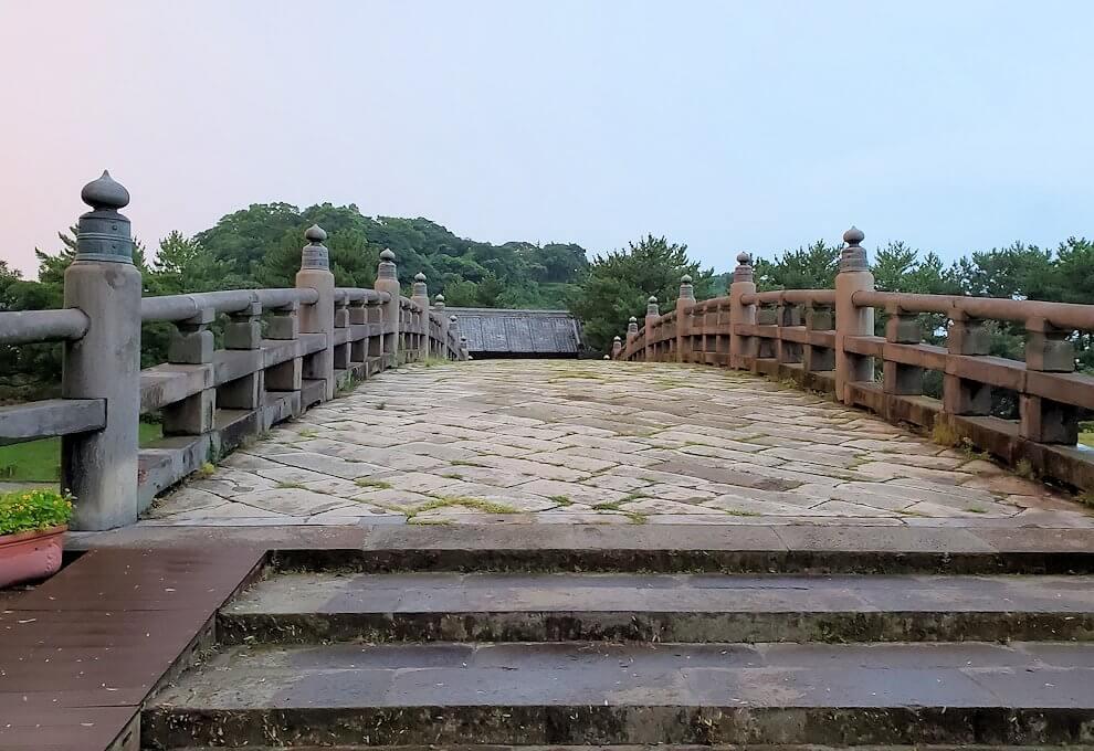 石橋記念公園に架かる西田橋を渡る
