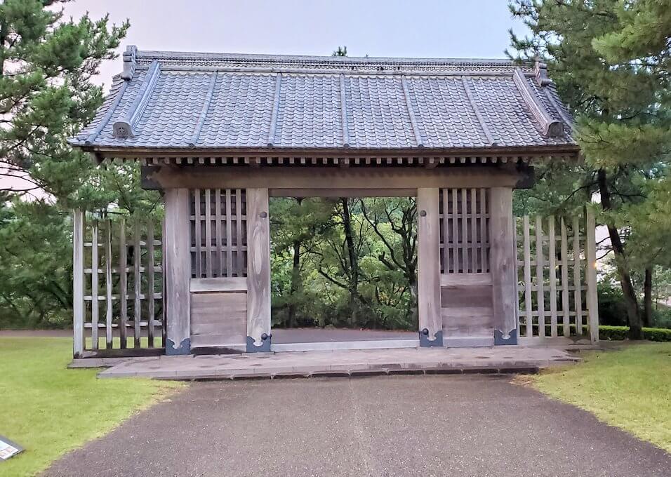 石橋記念公園に架かる西田橋の先にある門