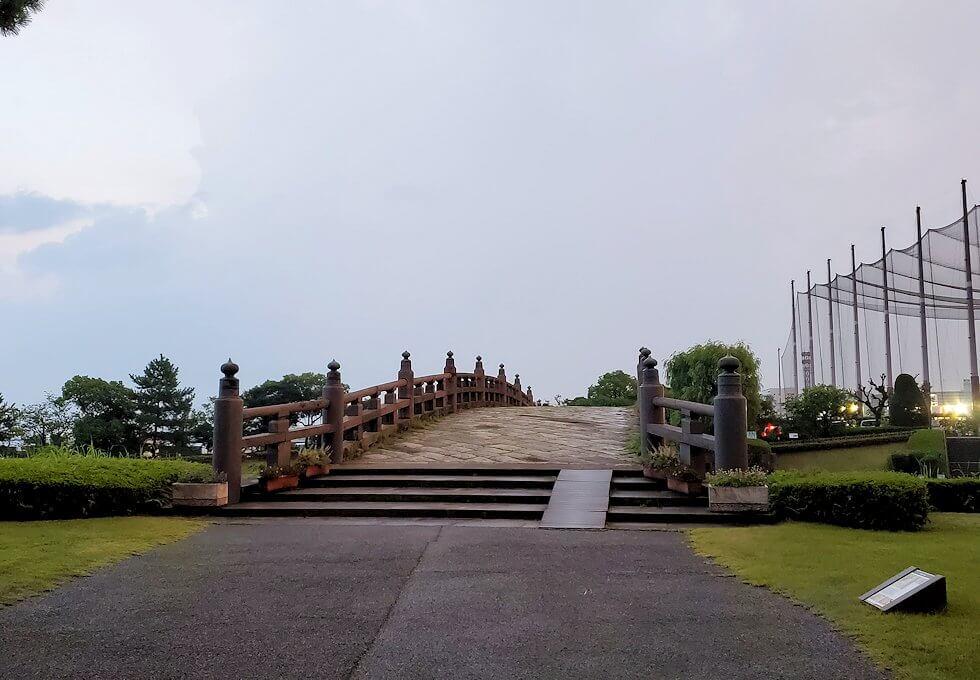 石橋記念公園に架かる西田橋を渡って振り返る