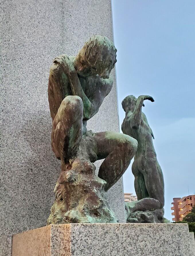 石橋記念公園にある、西南戦争犠牲者の鎮魂碑を眺める-1