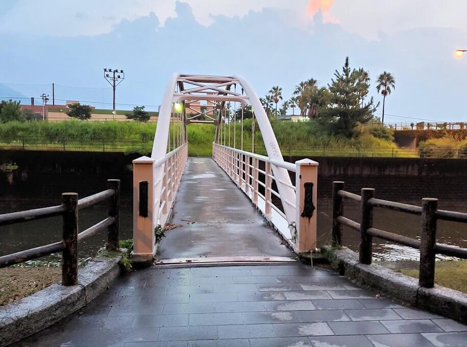 石橋記念公園内の橋を渡る
