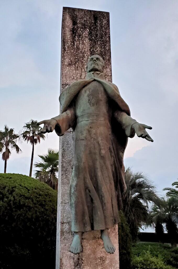 石橋記念公園にあるザビエル上陸記念碑のザビエル像