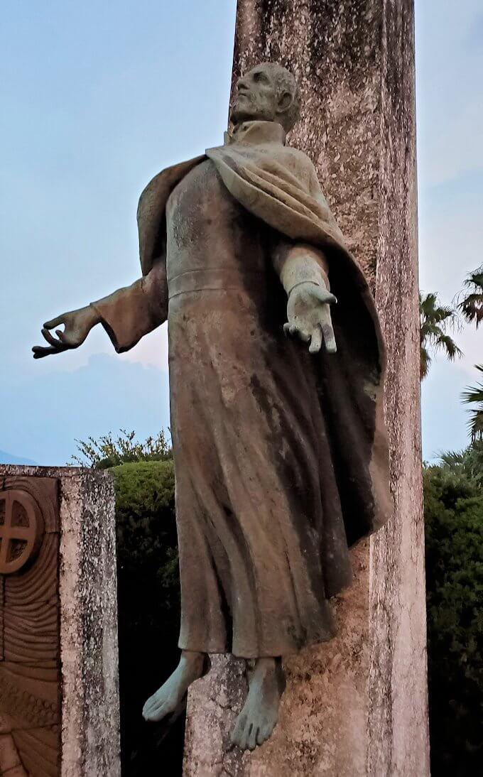 石橋記念公園にあるザビエル上陸記念碑のザビエル像-2