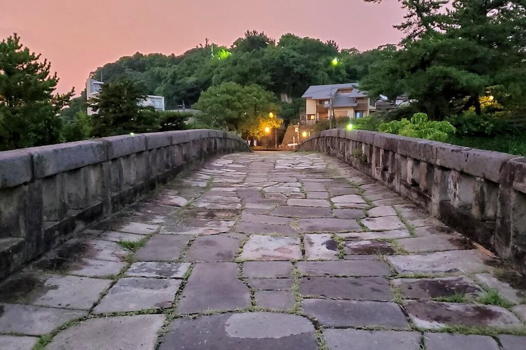 石橋記念公園にある玉江橋を渡る