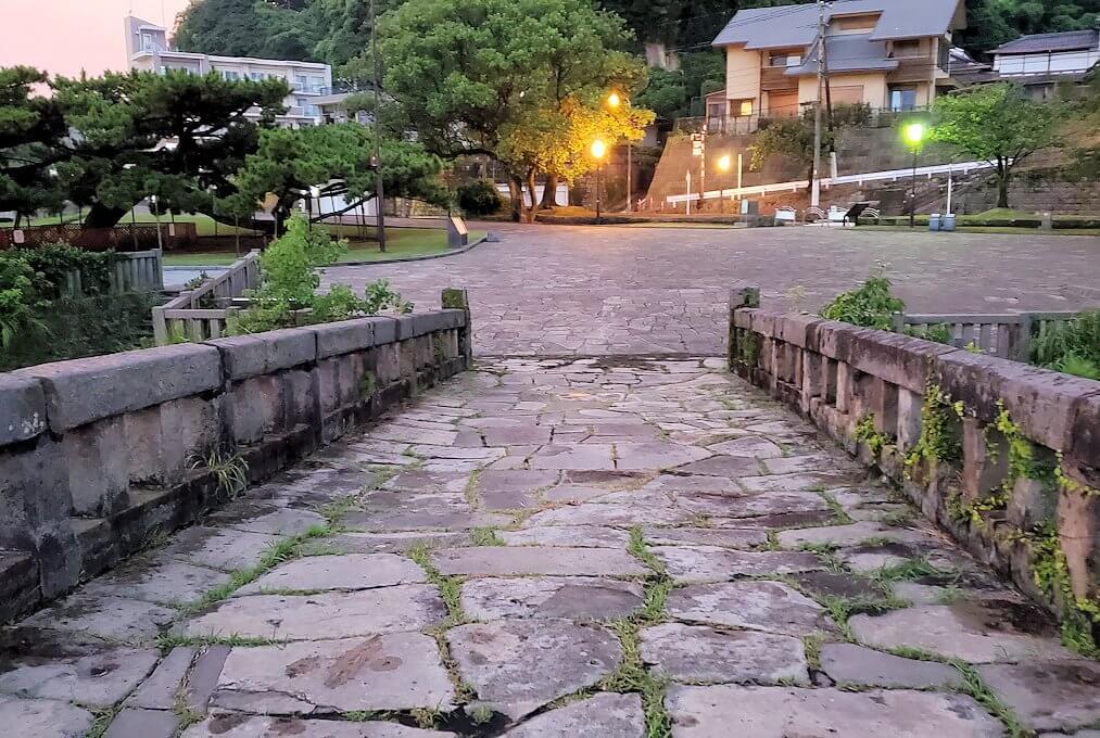 石橋記念公園にある玉江橋を渡る-1
