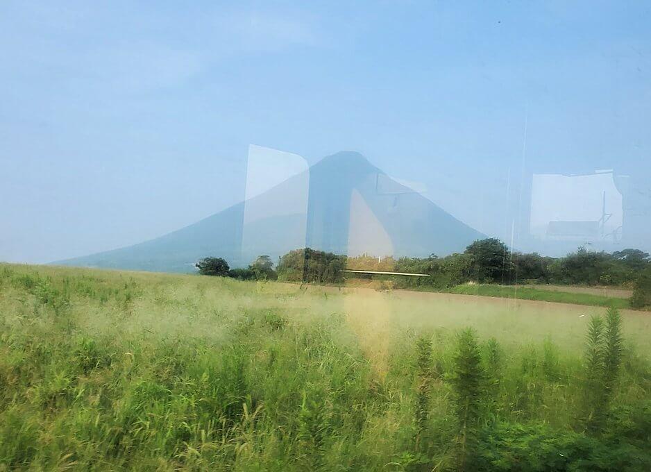 JR指宿枕崎線で途中から見えてくる開聞岳