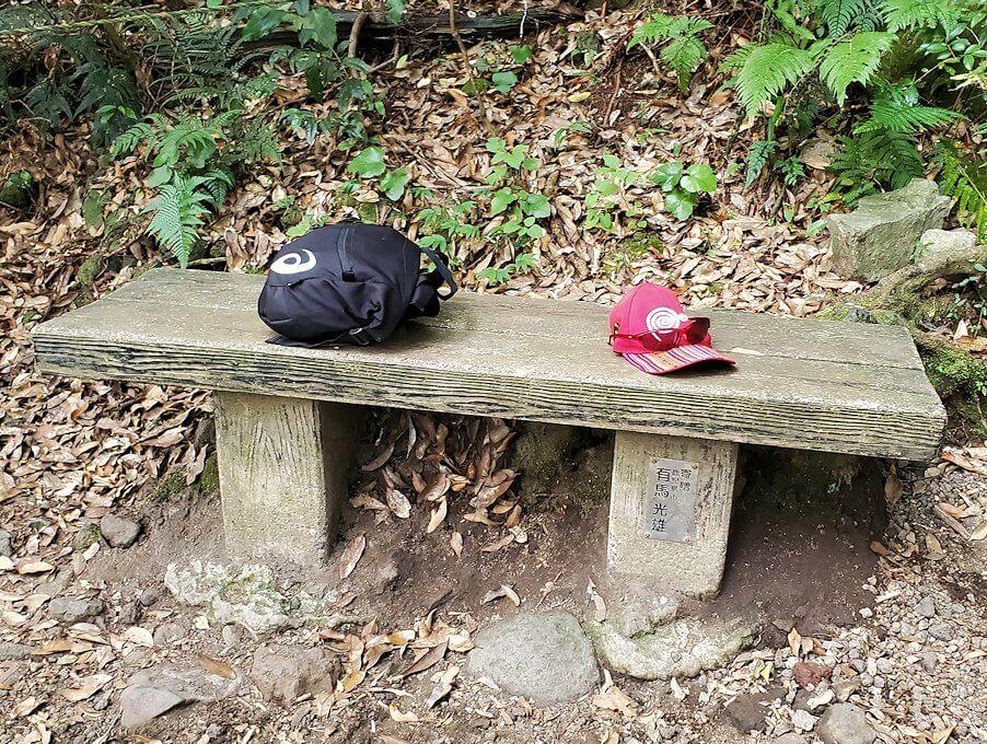 開聞岳登山道4合目にあったベンチで休憩-1