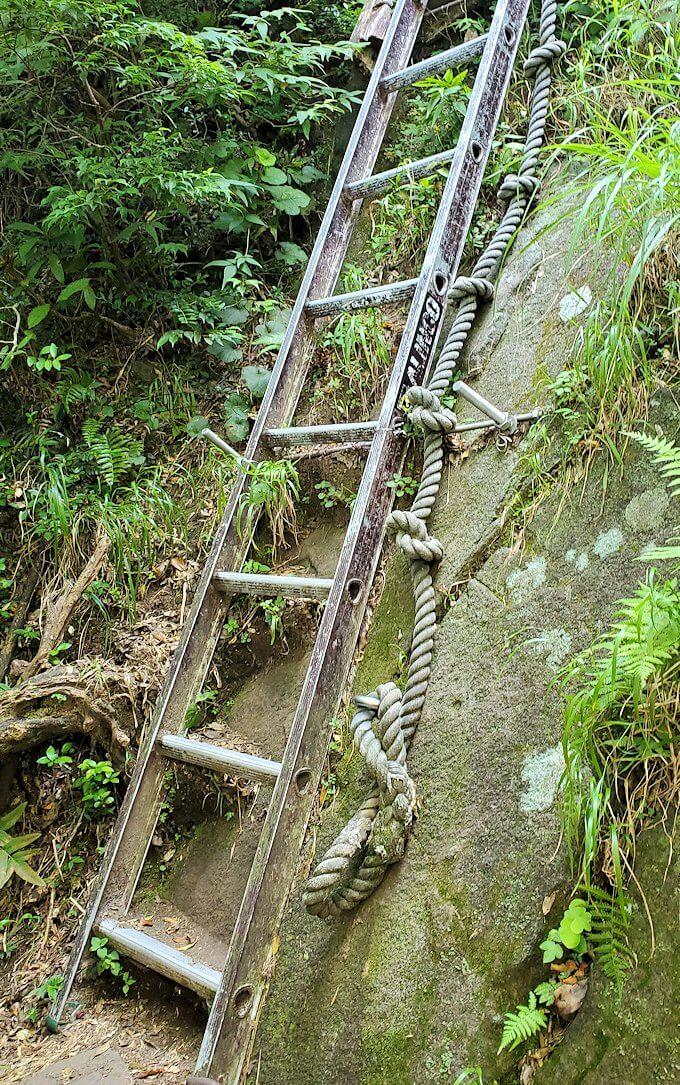 開聞岳9合目途中からは梯子を進む