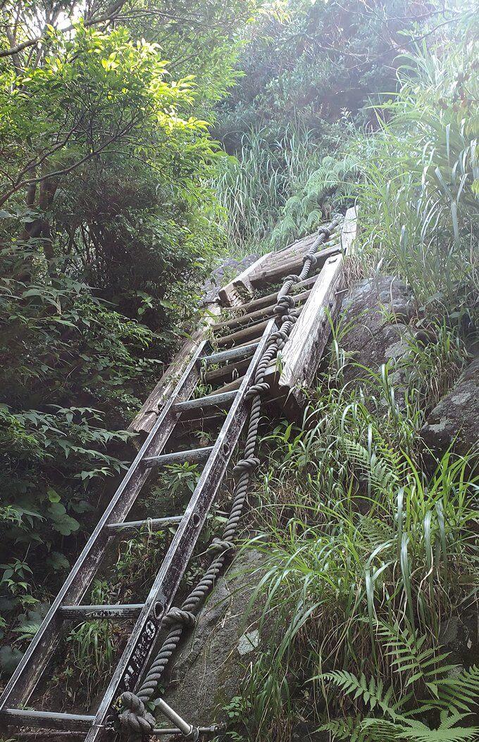 開聞岳9合目途中からは梯子を進む1
