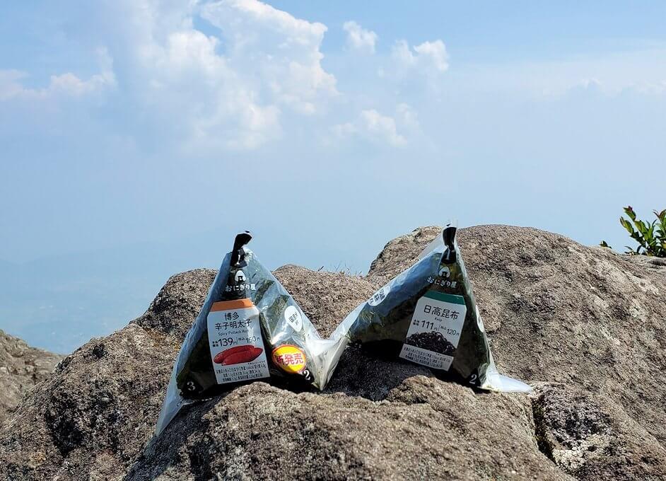 開聞岳頂上でおにぎりを食べる