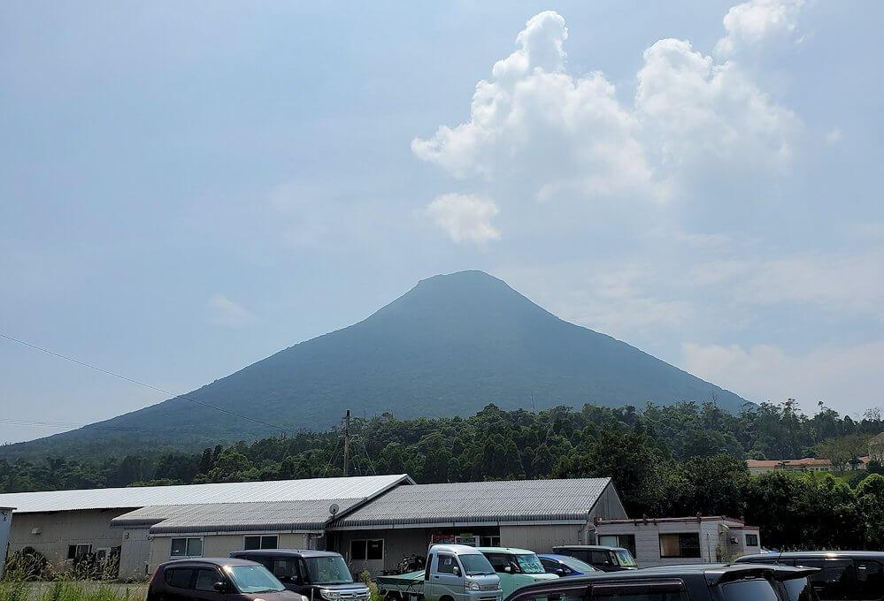 開聞岳下山し、開聞中学を横切りながら横目に開聞岳を眺める