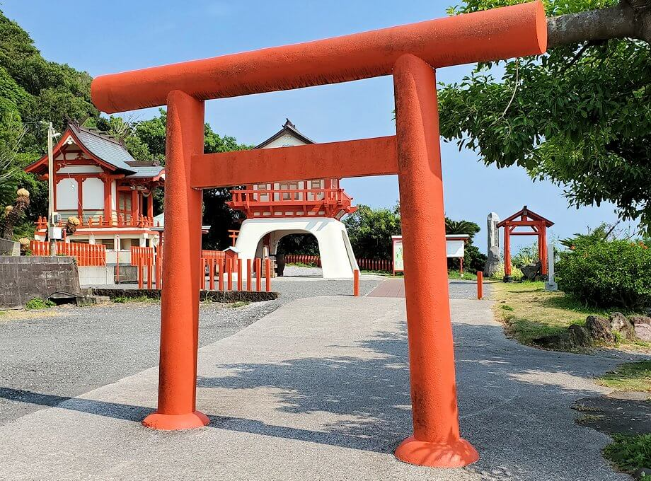 長崎鼻にある龍宮神社の鳥居