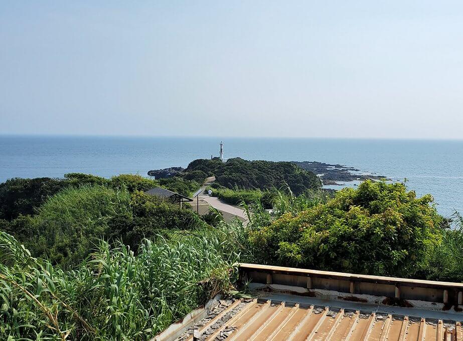 長崎鼻にある龍宮神社から眺める海