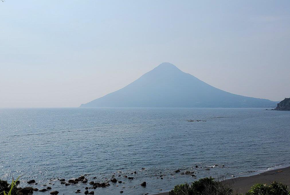 長崎鼻先端から見える開聞岳