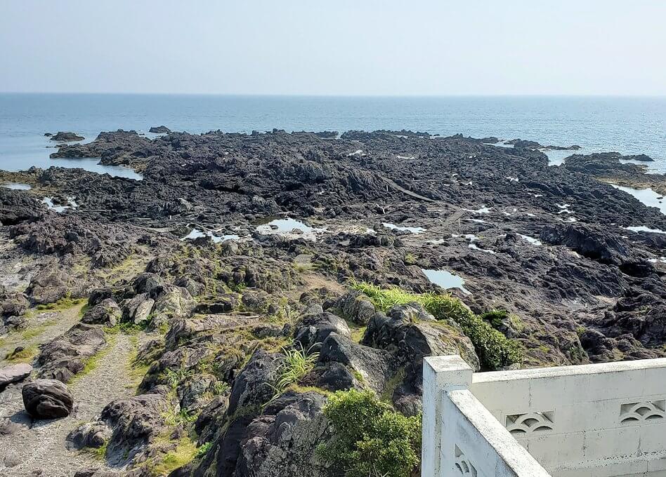 長崎鼻先端にある灯台から眺める岬
