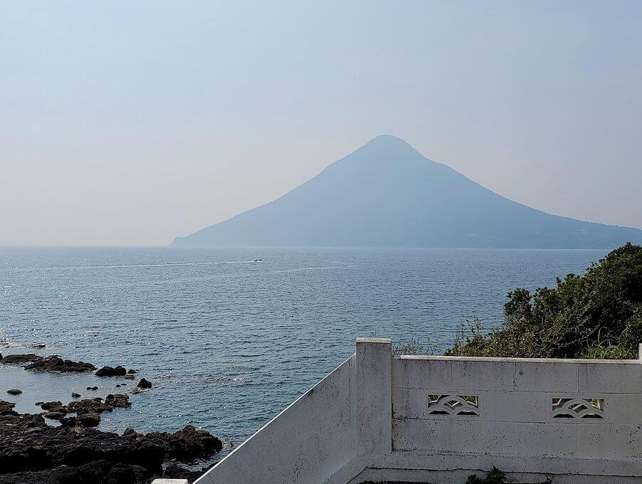 長崎鼻先端にある灯台から眺める岬1