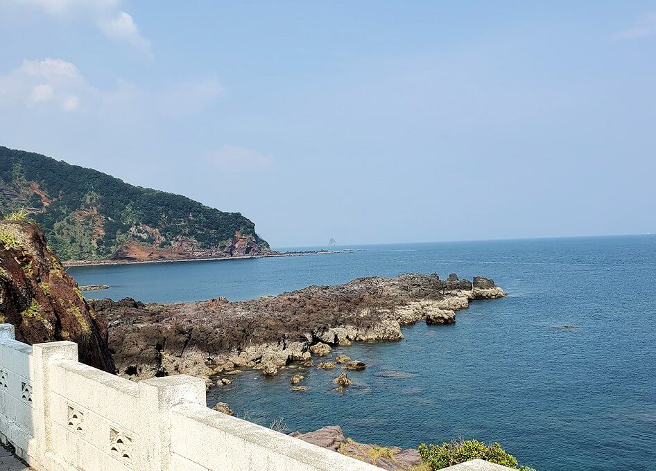 長崎鼻先端にある灯台から眺める岬2