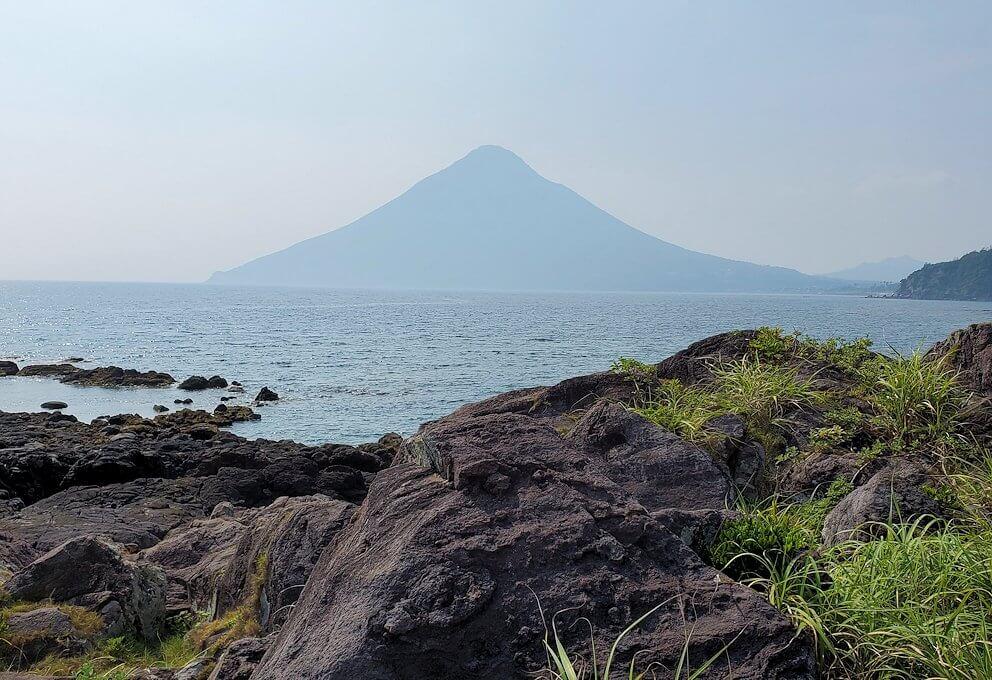 長崎鼻の先端から眺める開聞岳