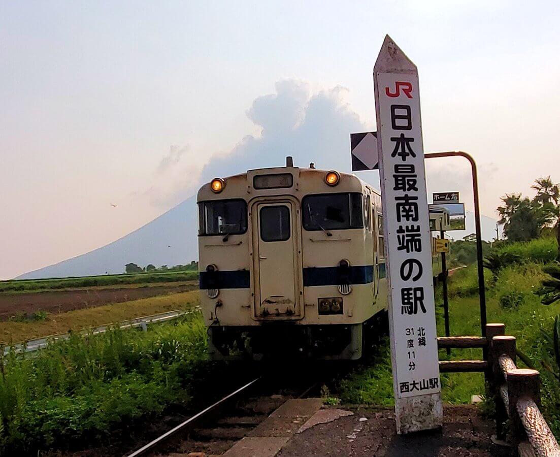 JR最南端「西大山駅」に入ってくる電車1