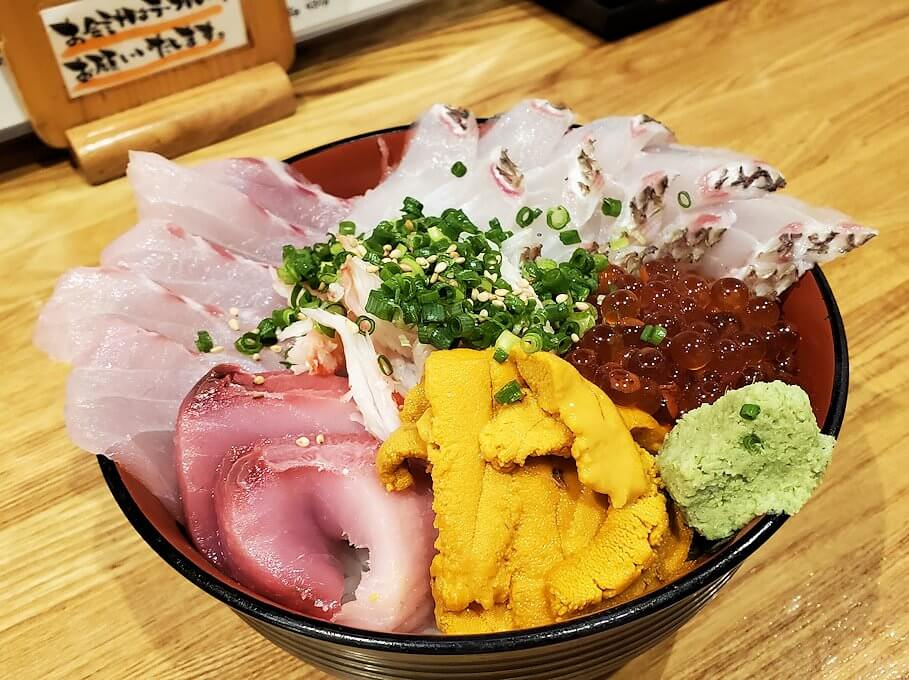 鹿児島市内にある居酒屋「じんべえ」の豪華な海鮮丼