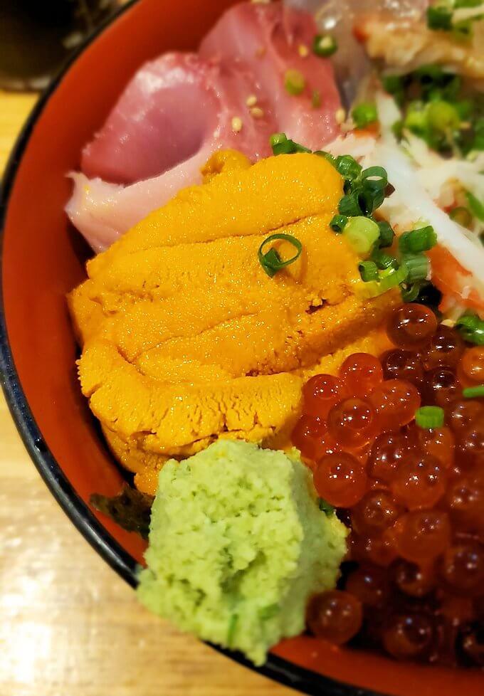 鹿児島市内にある居酒屋「じんべえ」の豪華な海鮮丼2