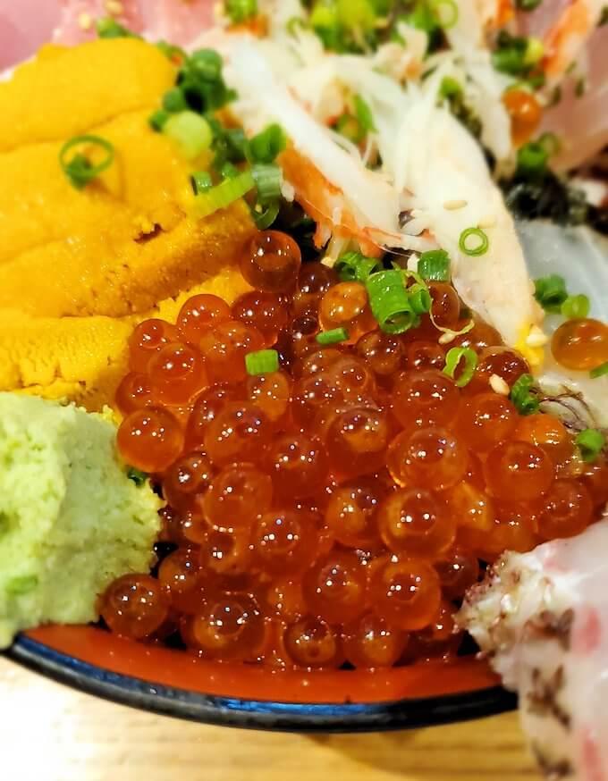 鹿児島市内にある居酒屋「じんべえ」の豪華な海鮮丼3