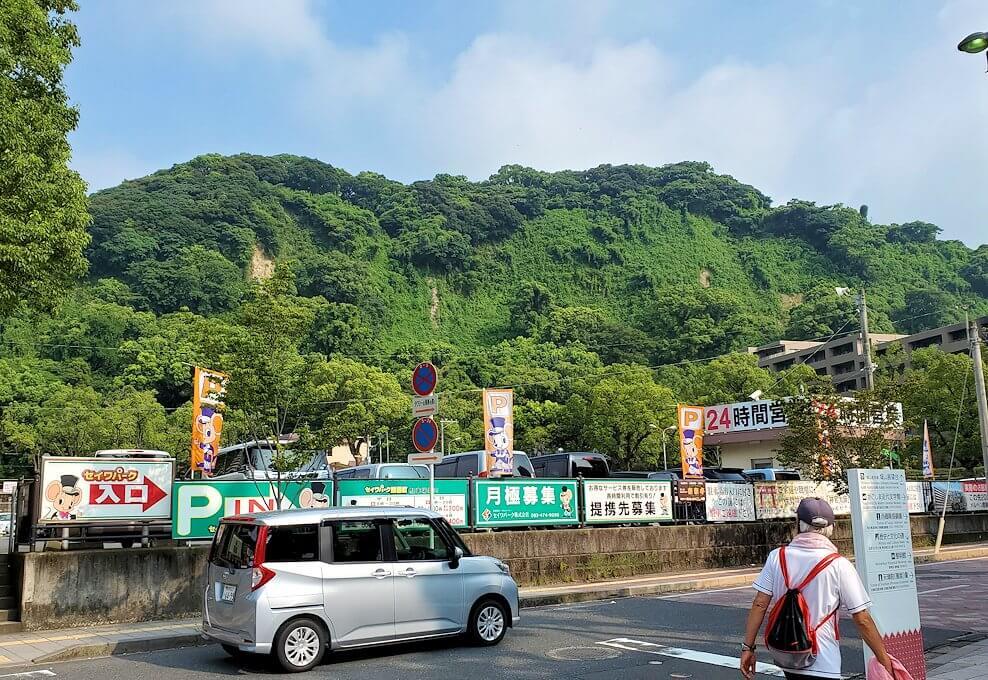 鹿児島市内の照国神社横に見える城山