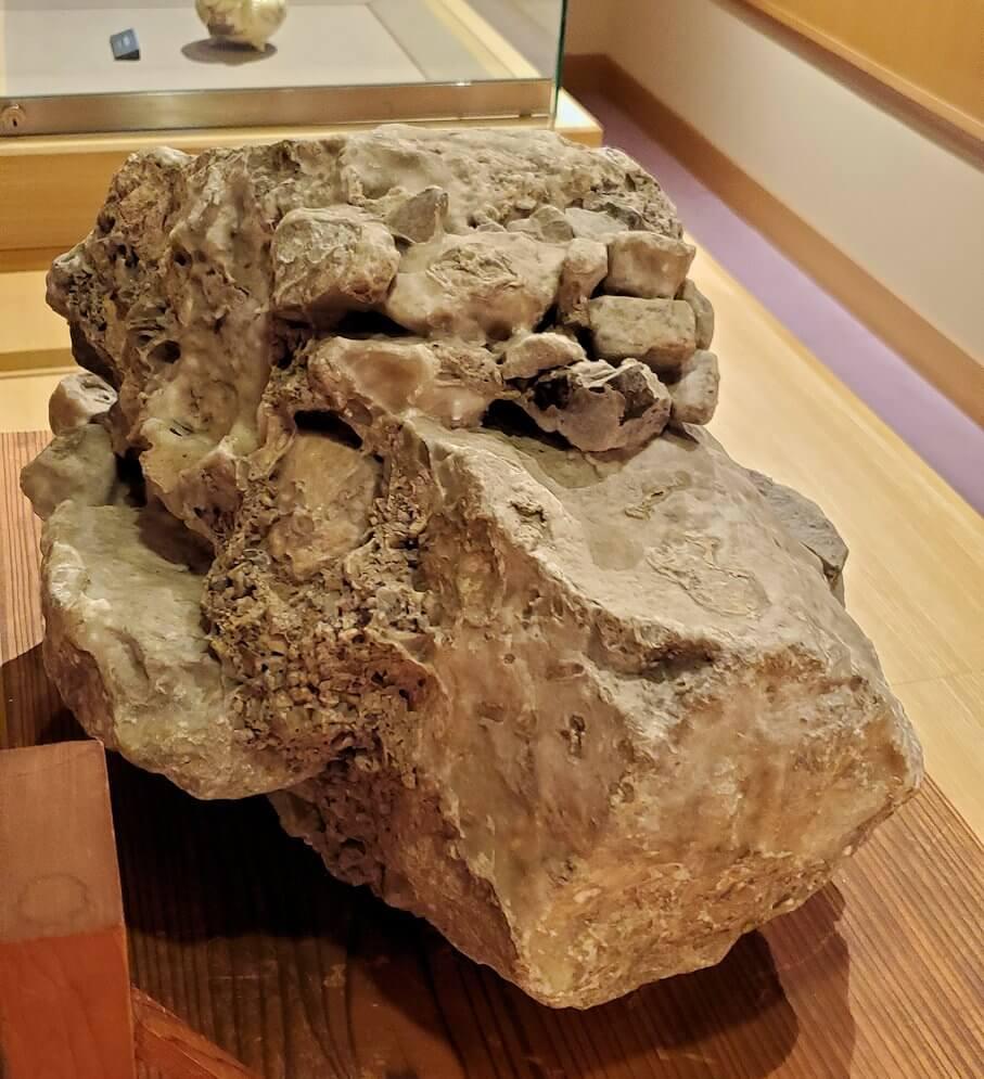 照国資料館にある、さざれ石1