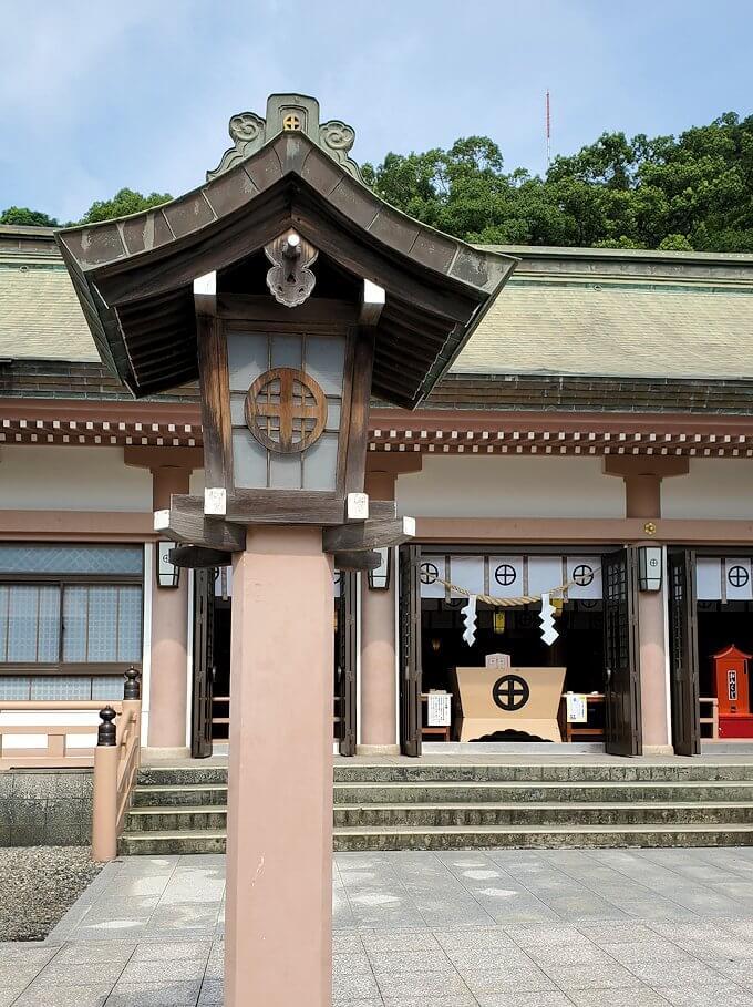 照国神社の社殿と灯篭